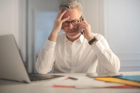 verzweifelter Computer Nutzer 560x373 - Digitalisierung - Der Wandel im Büroalltag